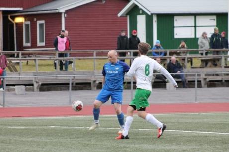"""Bild 4. """"Gamlingen"""" Jerry Backlund i Fränsta bjuder upp till dans. Foto: Roger Mattsson, Lokalfotbollen.nu"""