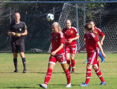 Stödes matchhjälte Tuva Lundin (under bollen) efter sitt segermål mot Stöde. Foto; Pia Skogman, Lokalfotbollen.nu.