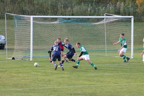 Bild 3. 2 målsskytten i hemmalaget Andreas Modén i gästernas straffområde. Foto: Roger Mattsson, Lokalfotbollen.nu