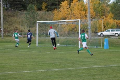 Bild 4. Hemmakeepern i Torp på väg att hämta ut ännu en boll från sitt mål. Foto: Roger Mattsson, Lokalfotbollen.nu