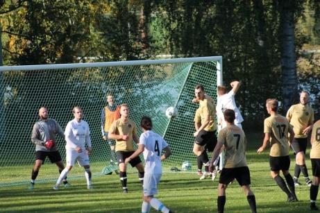 Bild 2. Viskans straffområde fullt av Nedansjö spelare. Foto: Roger Mattsson, Lokalfotbollen.nu