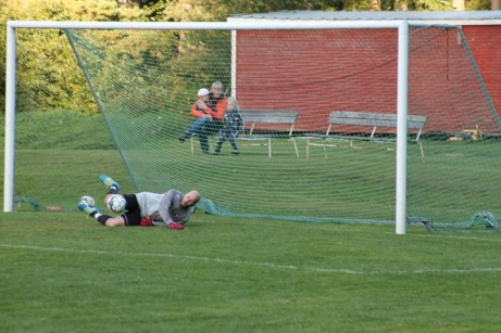 Bild 6. Straffräddning av  Fredrik Viklund i Viskans mål. Foto: Roger Mattsson, Lokalfotbollen.nu