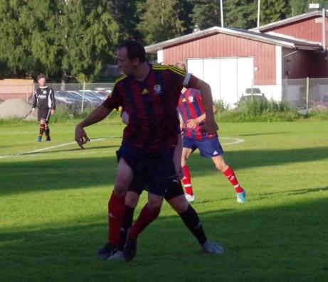 Bild 1. Veteranen Stefan Näslund betyder mycket för det unga Selånger och idag nickade han in 1-0 redan efter 19 sekunders spel plus att han gjorde ett mål till och nickade fram till Henric Nylunds mål.. Foto: Pia Skogman, Lokalfotbollen.nu