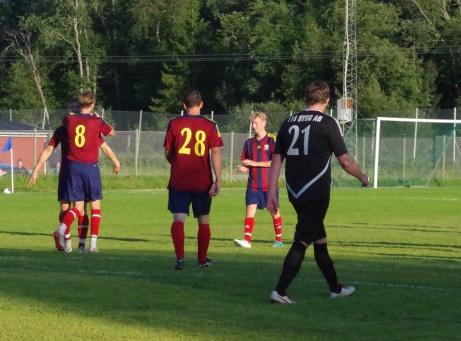 Bild 6. Selångers spelare klappar om varandra efter mål #5 medan Medskogs Mattias Nilsson (21) inte är alltför munter.  Foto: Pia Skogman, Lokalfotbollen.nu