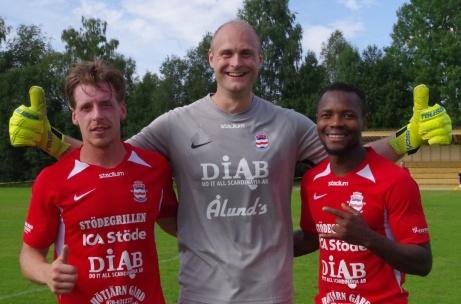 Bild 1. Målvaktshjälten Christofer Högbom flankeras av målskyttarna Johan Ödmark och Sani Tahir. Foto: Pia Skogman, Lokalfotbollen.nu
