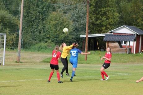 Kortast på plan men högst i duellerna, Hudiks duktiga målvakt Mathilda. Foto: Roger Mattsson, Lokalfotbollen.nu