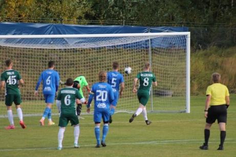 Östavall besegrade Järpen med 4-1 hemma på Skogsvallen. Här är 1-0 på väg in efter Thelins nick. Foto: Roger Mattsson, Lokalfotbollen.nu