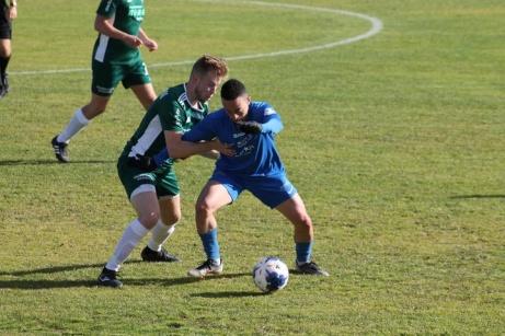 Jesper Gulliksson erövrar bollen och frispelar Lindqvist till 4-0. Foto: Roger Mattsson, Lokalfotbollen.nu