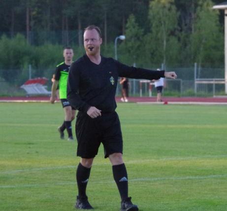 ...och domaren Henrik Olsson blåser i sin pipa och pekar på straffpunkten.Foto: Pia Skogman, Lokalfotbollen.nu