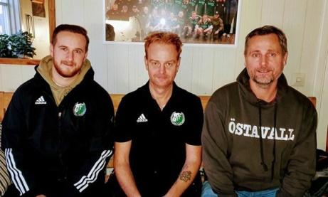 Östavalls succéduo fortsätter träna Östavalls IF. Jordan Binns (spelande ass. tränare) och David Nordberg (huvudtränare) flankeras på bilden av klubbens ordförande Roger Pålsson. Foto: : Lars-gunnarNordlander