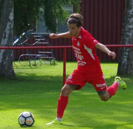 Så ser han ut i full aktion, Norrlands bästa division 2-mittfältare Josh Chatee, Stöde IF. Foto: Pia Skogman, Lokalfotbollen.ni.