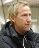 Göran Sundqvist och den övriga ledarstaben i Sund följer med upp i trean.