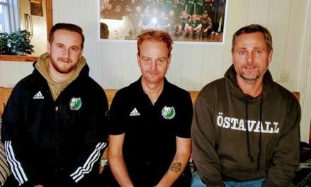 Succéduon fortsätter träna Östavalls IF. Jordan Binns (spelande ass. tränare) och David Nordberg (huvudtränare) flankeras på bilden av klubbens ordförande Roger Pålsson. Foto: : Lars-gunnarNordlander