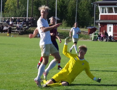 Medelpadsallsvenskans skyttekung Oliver Widahl hänger med Lucksta upp i trean. Här är han framme och målar mot Selånger i 13-0-segern. Foto: Pia Skogman, Lokalfotbollen.nu.