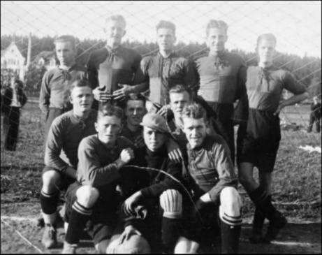 Birsta IK gjorde bara en säsong i division 4 Medelpad. Här är grabbarna som lirade säsongen 1936/37. Tyvärr blev det respass och klubben kom sedan aldrig tillbaka i så fina sammanhang. Bilden är tagen på Birstavallen som var lagets hemvist.