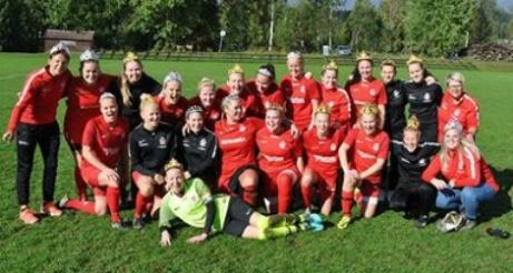 Kovlands IF seriesegrare i Damtrean 2018. 16 matcher, 16 vinster och 147-2 i målskillnad. Kovlands damer var förkrossande överlägsna! Foto: Christer Wallgren, Lokalfotbollen.nu.