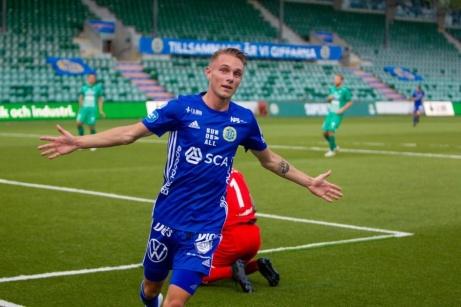 Albin Palmlöf jublar efter ett av sina mål. Nu har den 19-årige mittfältaren kritat på för två nya år i GIF. Foto: GIF Sundsvalls hemsida.