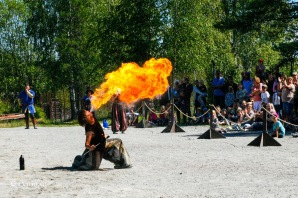 Cirkus Ignis är nya på Gärdsjöspelen men garvade i gamet. Det utlovas bland annat gyckel och eld, och ingen lär gå säker på marknaden! Foto: cyroo.se