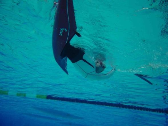 John Westling demonstrerar eskimåsväng i pool