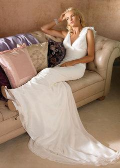 Brudklänning- Figur-nära klänning med släp