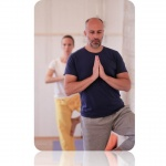 Yoga workshop okt enkel version av trädet man i mörkblått