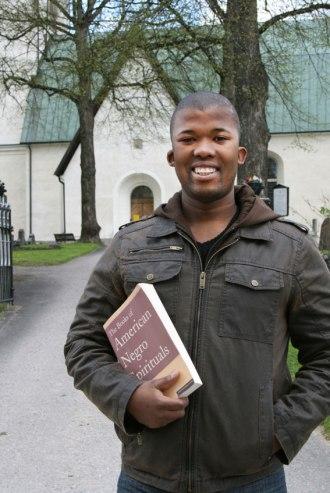 Luthando Qave utanför Västerlövsta kyrka i maj 2012. (Foto: Cari Hildebrand)