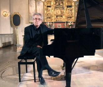 Konsertflygeln i Västerlövsta kyrka invigdes med en konsert med Staffan Scheja.