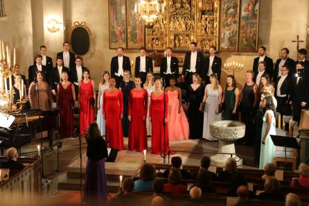 Bild från förra årets julkonsert med Allmänna Sången och operatrion Divine.