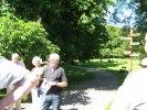 Vår guide på bild vid Sundsby säteri, där...  bo