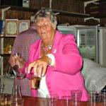Ing-Marie hällde upp dryck som skulle....