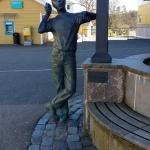 """Statyn av Göran Karlsson """"Tack för besöket och välkommen tillbaka igen!""""."""