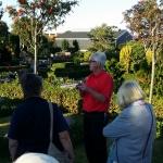 Christer informerar på kyrkogården.