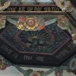 Predikstolstaket bär 3 identifierbara monogram.