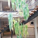 """Ett konstverk """"Blad"""" hängde uppifrån taket ..."""