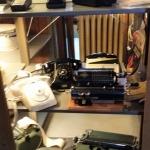 .. gammaldags skriv- och räknemaskeiner och mobiltelefoner!