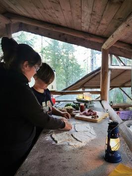 Laga god mat i uteköket mitt i skogsbyn