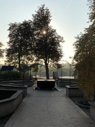 """Höstsolen sänker sig över Hälosträdgården,. De upphöjda bänkarna är tomma och väntar på plantering av """"Sinnenas trädgård"""". Oktober 2018"""