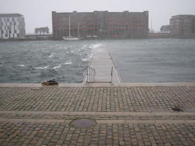 Vågbrytare för vår vindkänsliga hamn. Särskilt för platserna längst ut på brygga A och B samt även bryggorna E och F och vår Gästbrygga.