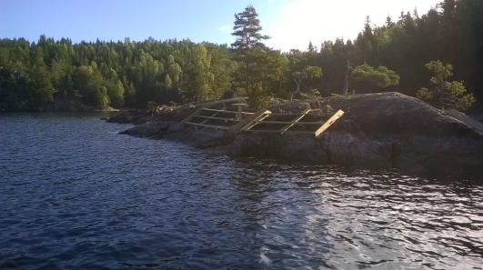 Trappor för iland/ombordstigning på Ekenubben. Foto 13 sep 2014.
