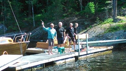 Pelle, Peter, Torgny och Andreas byter brädor på bryggan den 14 juni 2014.