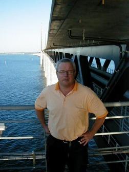 Ibland hamnar man på märkliga ställen. Den här bilden är tagen dagen innan Öresundsbron öppnade år 2000. Då kunde man kliva ned under körbanan och få den här vyn mot Sverige.