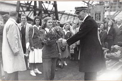 1948 Birte Hansson - På väg hem från OS gratuleras Birte av fartygskaptenen för sin OS-medalj.