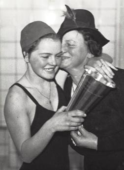 1941 Birte Hansson - Danska mästarinna första gången. Året var 1941 och här kramas hon om av mor Kristine