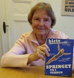 Denna bild publicerades i Skånes Simförbundes 75 års bok och är tagen 2013. Boken om Birthe kom på danska 1949.