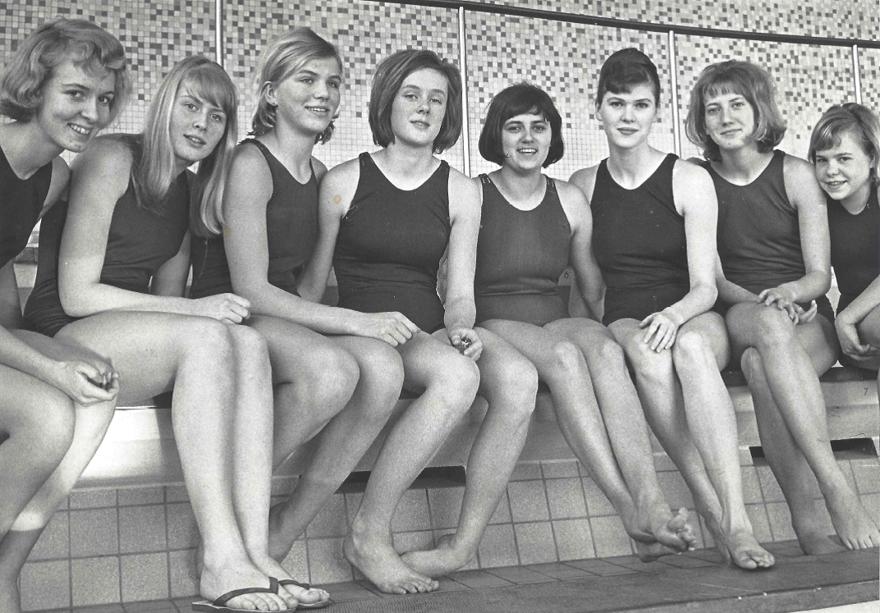 Några av Simmarflickorna som tränade för Birger Buhre. Frv. Kristina Nordvall, Evy Sätherström, Lisbeth Sandgren, Ingrid Ahlström, Marianne Sjöström, Marianne Ekdahl, Marianne Stridh och Marie Nilsson