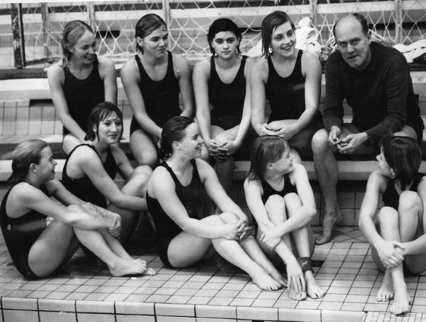 Bild från gamla 25 meters bassängen på Simhallsbadet 1962: Övre raden frv. Kristina Nordvall, Lisbeth Sandgren, Marianne Sjöström, Ulla Christina Lindsjö, Birger Buhre. Nedre raden: Marie Nilsson, Mar