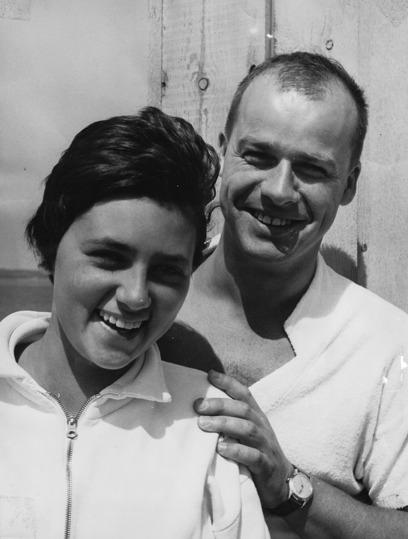 """Curt Runefjord och Marianne Sjöström vid DM i Ängelholm 1960. Pluto hade precis blivit Skånsk mästarinna på 400m fritt och fick ett omnämnande i Sydsvenskan och kallades """"Ett löfte"""". 14 år ung."""
