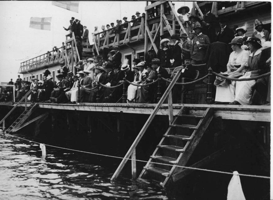 Baltiska Spelen 1914 med kronprinsparet i högsätet på de fullsatta bryggorna