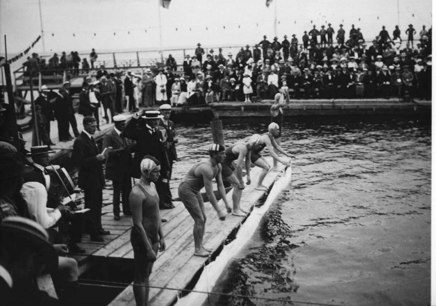 Med dagens ögon sett – provisoriska startbryggor när herrarna på Baltiska Spelen skall kasta sig i vattnet för 1500m fritt
