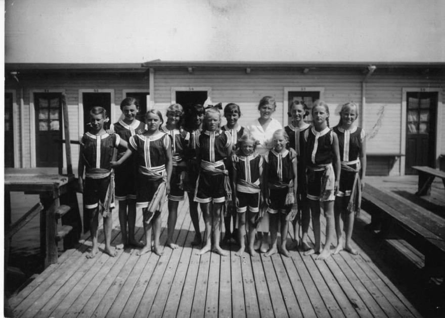 Det var inte bara simtävlingar på Kallis. Här simskola med ledning av frk Falk under nådens år 1914